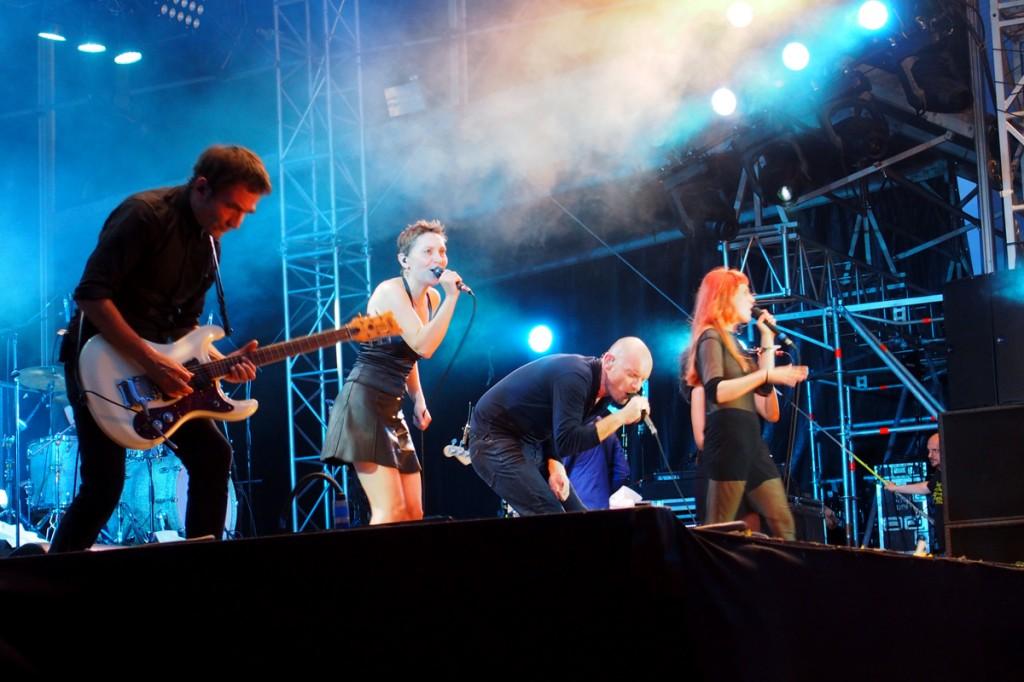 Gaetan-Roussel-sur-scène-avec-Owlle-reprise-Road-to-nowhere-concert-festival-Fnac-Live-2014-parvis-hôtel-de-ville-photo-by-United-States-of-Paris-blog