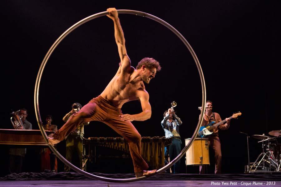Cirque Plume Tempus Fugit une ballade sur le chemin perdu espace chapiteaux de la Villette Halle Paris spectacle musique live direct acrobaties max roue
