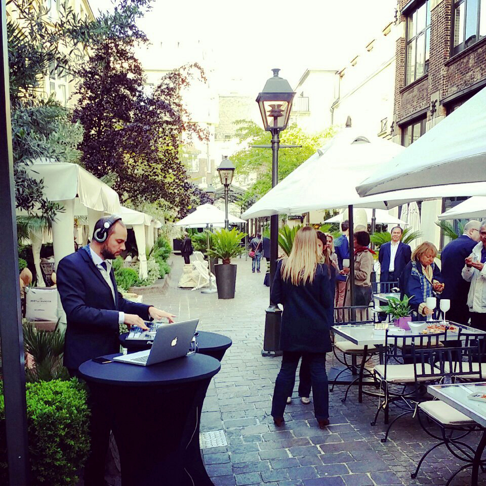 After work Terrasse Les Jardins du Marais hotel rue Amelot summer happy hour bar à champagne photo United States of Paris blog