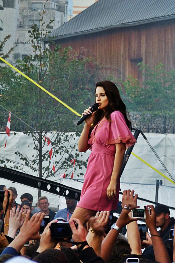 Lana Del Rey on stage concert paris Rock en Seine 2014 festival music live show audience ultraviolence photo by United States of Paris blog