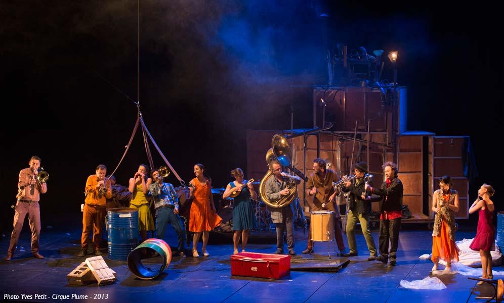 Cirque Plume Tempus Fugit une ballade sur le chemin perdu espace chapiteaux de la Villette Halle Paris spectacle musique live direct acrobaties musiciens