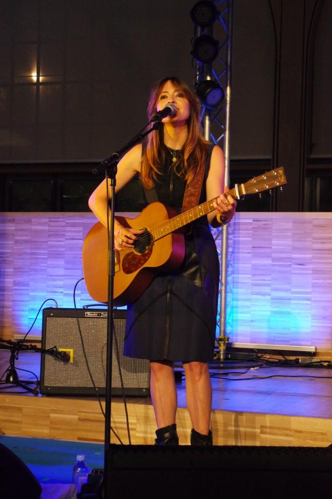 Keren-Ann-chanteuse-concert-live-Festival-Tous-à-Table-Carreau-du-Temple-photo-by-United-States-of-Paris-blog